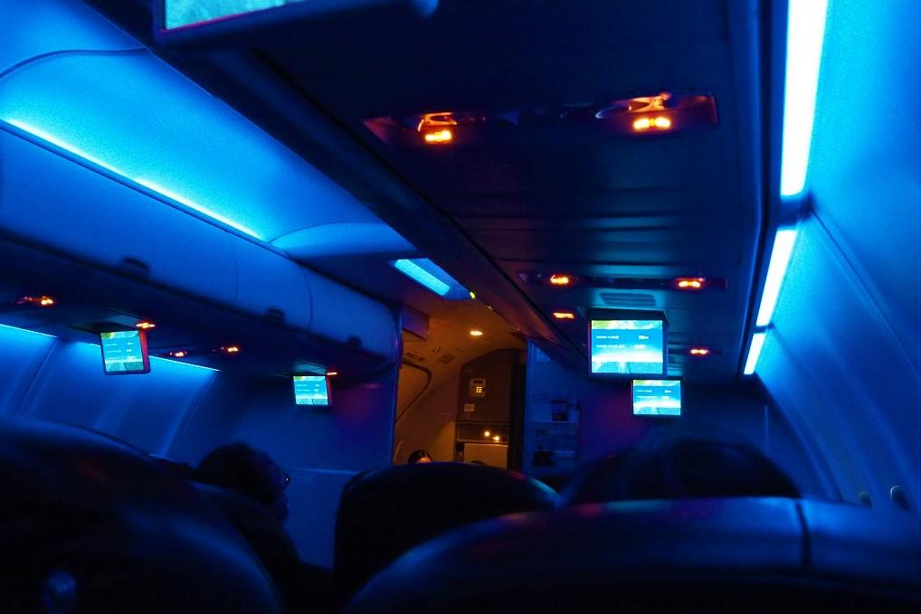 飛行機の照明を暗くするJAL