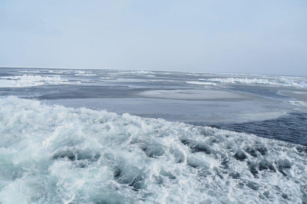 流氷砕氷船おーろらと水しぶき