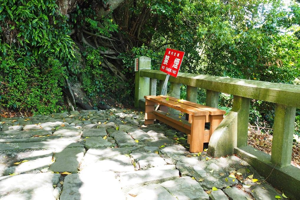 久能山東照宮、階段のイスで休憩