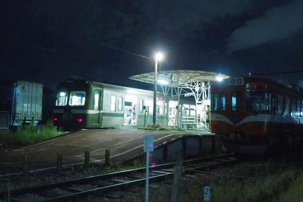 夜景電車が岳南江尾駅に到着